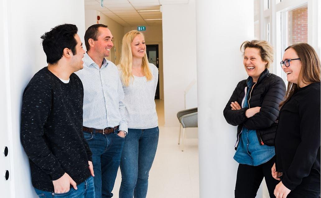 Fem marte meo-handledare pratar med varandra och ser glada ut