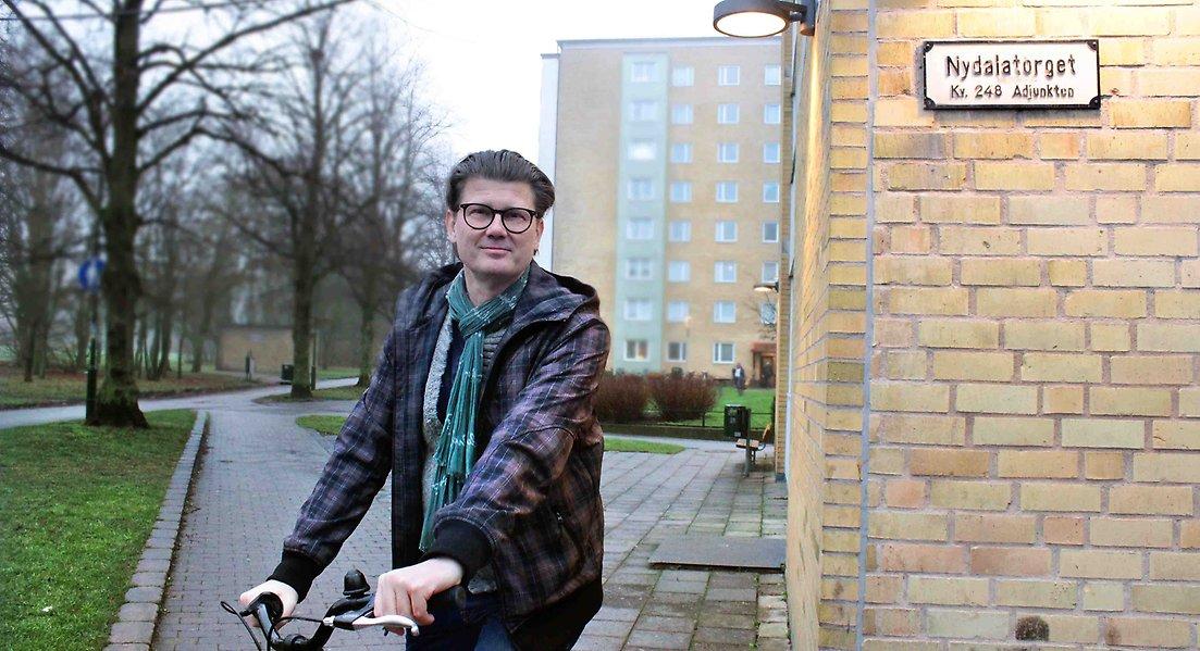 Robert Alm, boendepedagog på cykel vid Nydalatorget