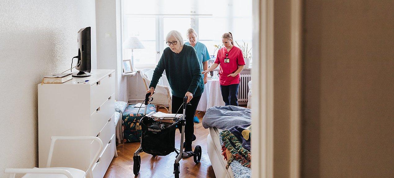 Lillemor återhämtar sig efter en lårbensfraktur och får hjälp av sjukgymnast Cecilia Svensson och arbetsterapeut Linda Ganton.
