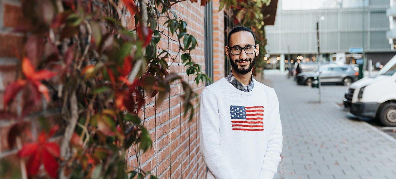 Maher Ahmed Shibi är utbildad elektriker men bytte snabbt bana till äldreomsorgen.