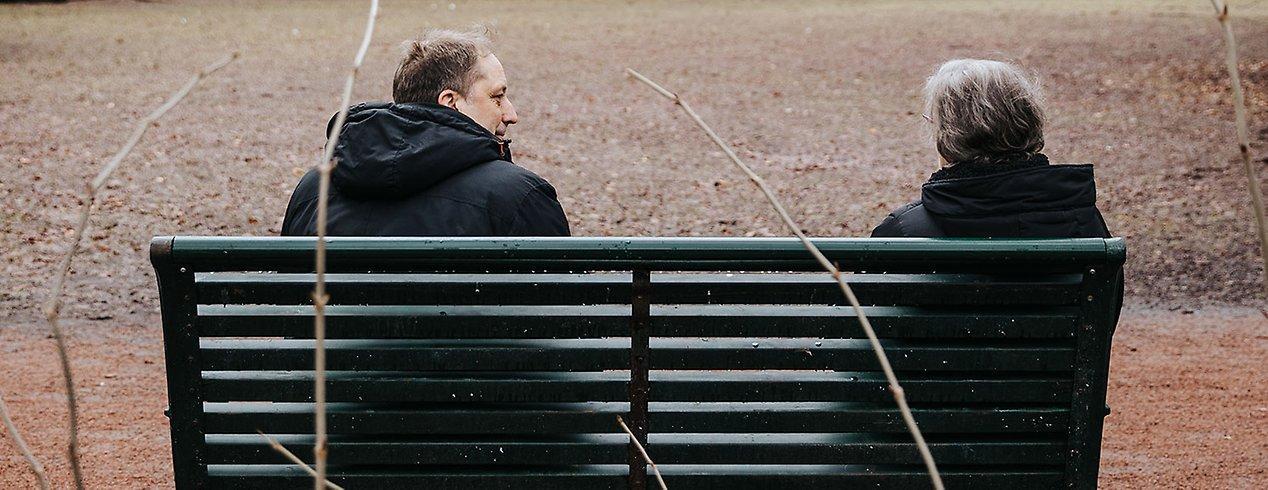 Mona Persson får en pratstund över en kopp kaffe med Per Fridholm i Rönneholmsparken