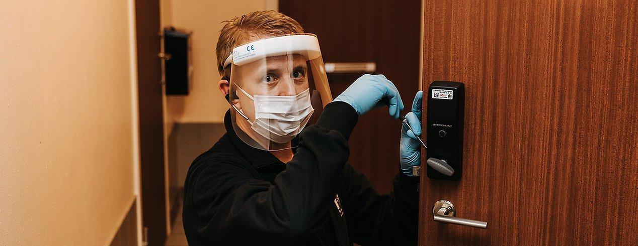 Anders Lindberg monterar ett av de nya digitala låsen.
